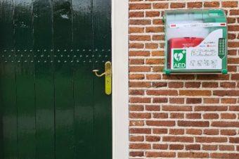 Nieuwe AED hangt aan kerk in Rolde