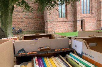 Boekenmarkt 2021 rondom de Jacobuskerk in Rolde groot succes!